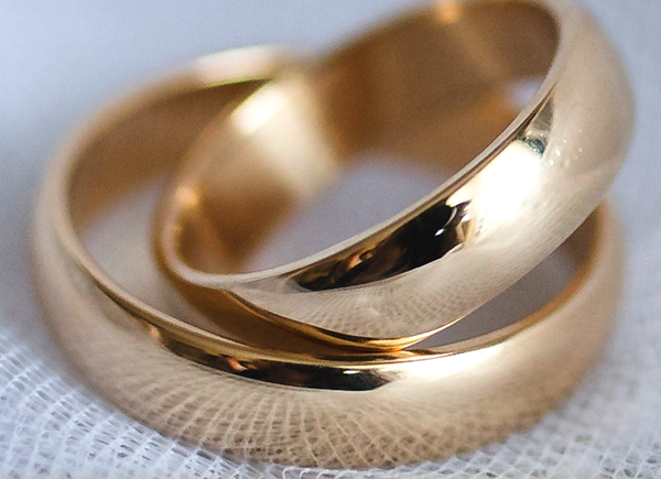 Two wedding rings. Text says: how to buy inexpensive wedding rings that will last for a lifetime.